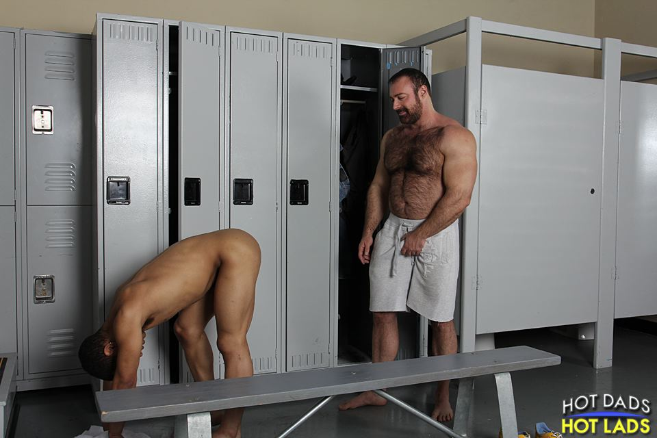 gay mens dressing room site alohatube.com