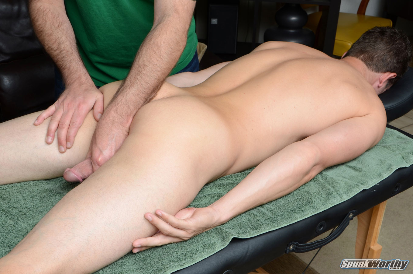 У мужика встал во время массажа порно, Массажистка сильно возбудилась во время массажа 20 фотография